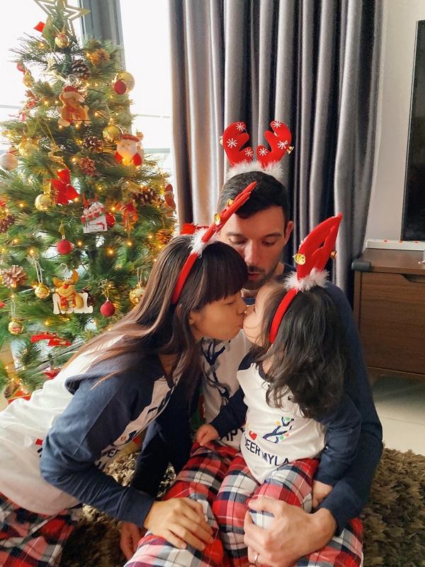 Con gái Hà Anh đón Giáng sinh sớm bên bố mẹ - Ảnh 4.