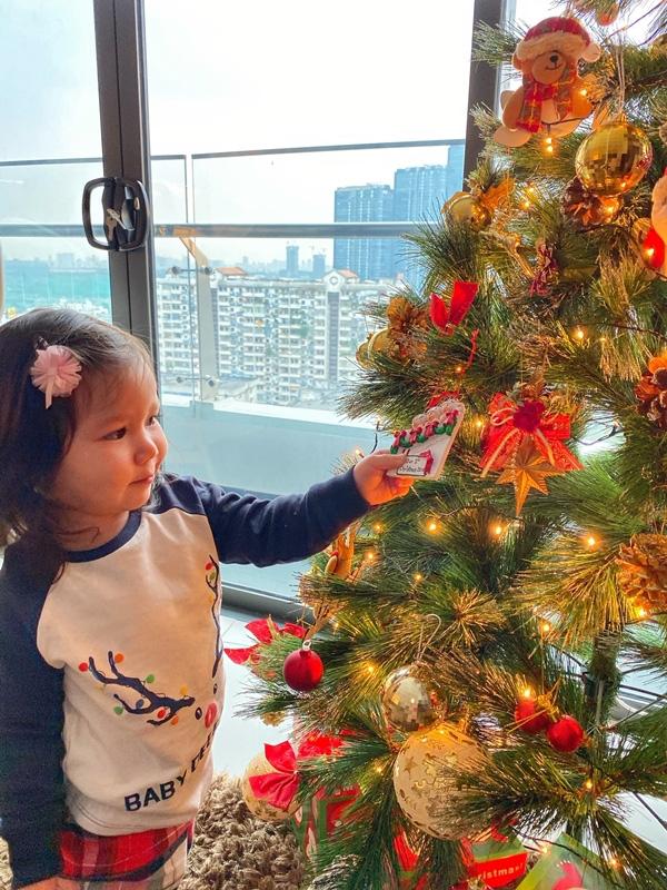 Con gái Hà Anh đón Giáng sinh sớm bên bố mẹ - Ảnh 6.