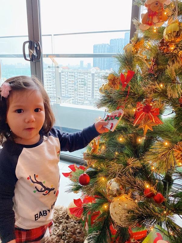 Con gái Hà Anh đón Giáng sinh sớm bên bố mẹ - Ảnh 7.