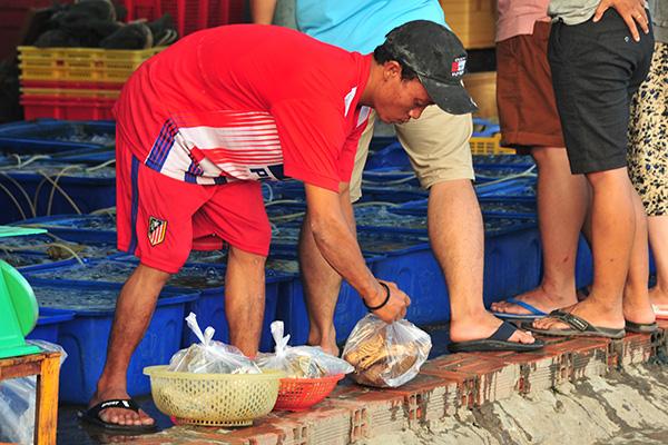 """Chợ hải sản """"không mặc cả"""" trên đảo Nam Du - Ảnh 3."""
