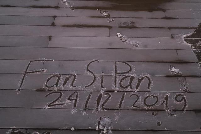 Băng tuyết xuất hiện trên đỉnh Fansipan đúng ngày Noel  - Ảnh 1.