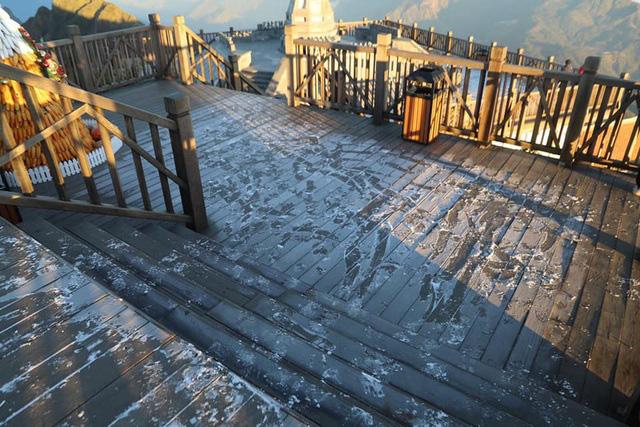 Băng tuyết xuất hiện trên đỉnh Fansipan đúng ngày Noel  - Ảnh 2.