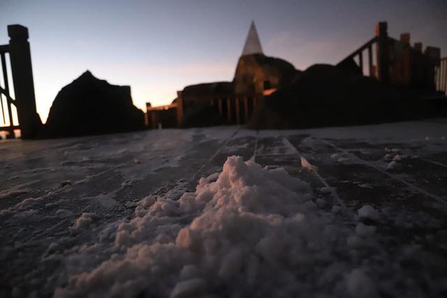 Băng tuyết xuất hiện trên đỉnh Fansipan đúng ngày Noel  - Ảnh 3.