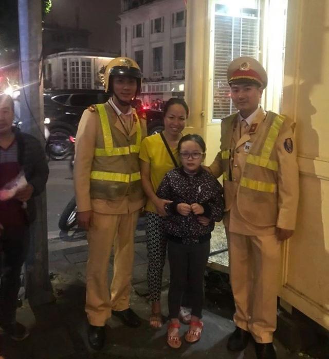 CSGT Hà Nội giúp đỡ cháu bé 7 tuổi bị lạc trong đêm Noel  - Ảnh 1.