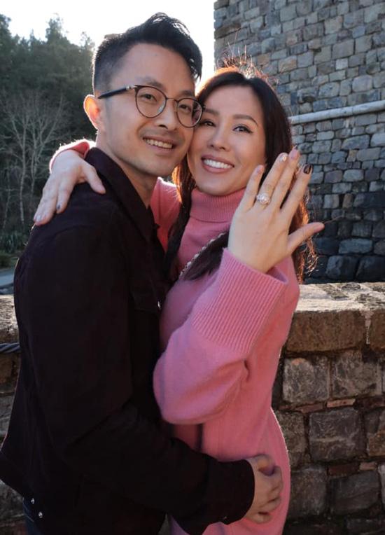 Bạn trai kém 10 tuổi cầu hôn Thu Hoài ở Mỹ - Ảnh 2.