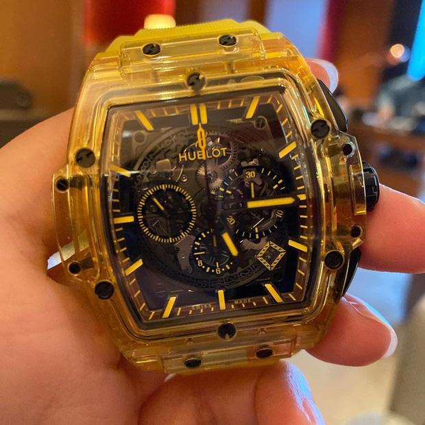 Đẳng cấp chơi hàng hiệu của Mai Phương Thúy: Vui vui mua chiếc đồng hồ gần 2 tỷ đồng nhưng không đeo vì... nặng quá  - Ảnh 1.