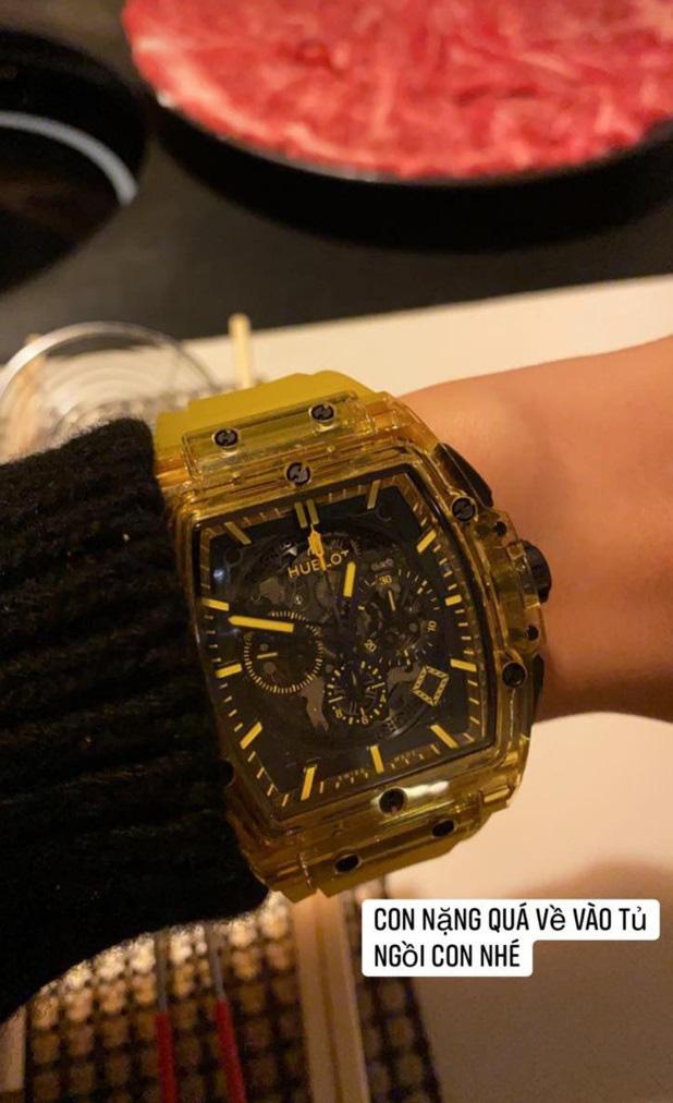Đẳng cấp chơi hàng hiệu của Mai Phương Thúy: Vui vui mua chiếc đồng hồ gần 2 tỷ đồng nhưng không đeo vì... nặng quá  - Ảnh 2.