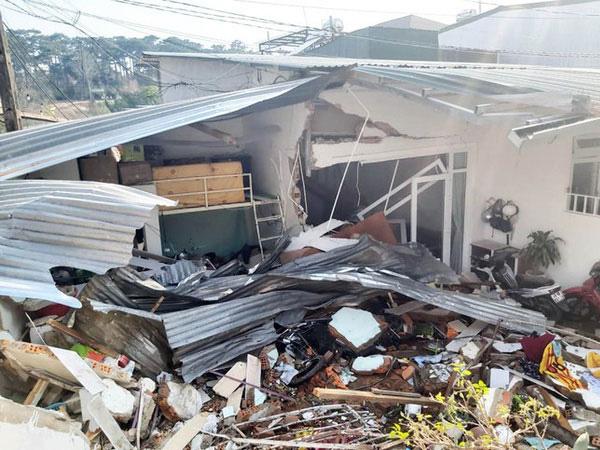 Xe bồn chở bê tông mất lái, tụt dốc đâm sập nhà bên đường, 1 người bị thương - Ảnh 1.