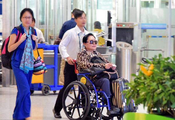Võ Tắc Thiên 3 đời chồng: Não chấn thương khi quay phim, tuổi già bệnh tật phải ngồi xe lăn - Ảnh 4.