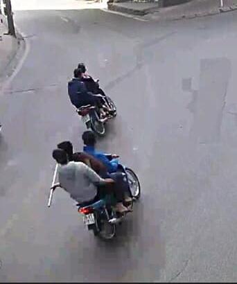 Bắt nhóm thanh niên mang theo hung khí đi diễu phố - Ảnh 1.