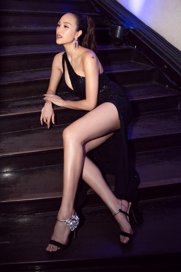 Tranh cãi chuyện MC Phương Mai sinh mổ 10 ngày đã mặc váy hở bạo, diện giày cao gót đi làm - Ảnh 2.