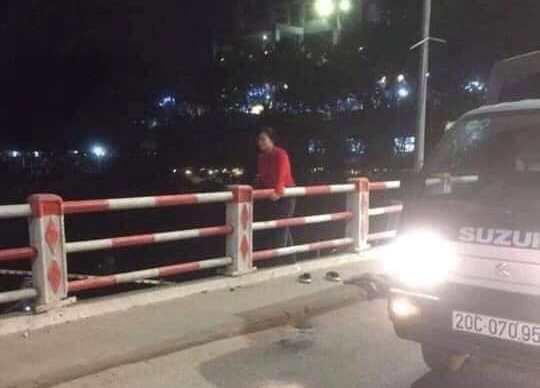 Người phụ nữ để lại tư trang trên cầu rồi nhảy xuống sông - Ảnh 3.