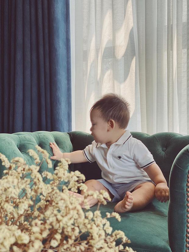 Hiếm khi đăng ảnh lộ mặt con trai, Á hậu Tú Anh tiếp tục khiến dân tình trầm trồ khi khoe góc nghiêng cực đáng yêu  - Ảnh 11.