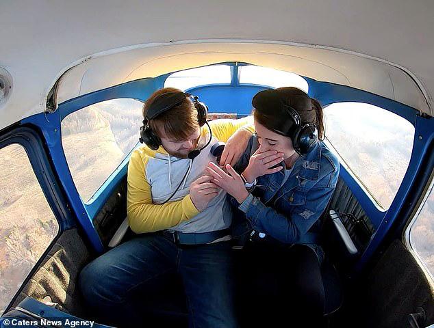 Thuê máy bay đưa bạn gái lên trời, chàng trai có màn cầu hôn siêu lãng mạn - Ảnh 3.