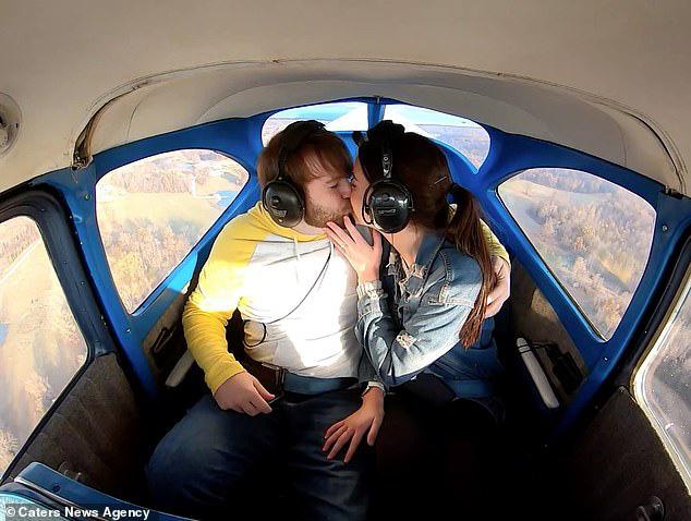 Thuê máy bay đưa bạn gái lên trời, chàng trai có màn cầu hôn siêu lãng mạn - Ảnh 4.