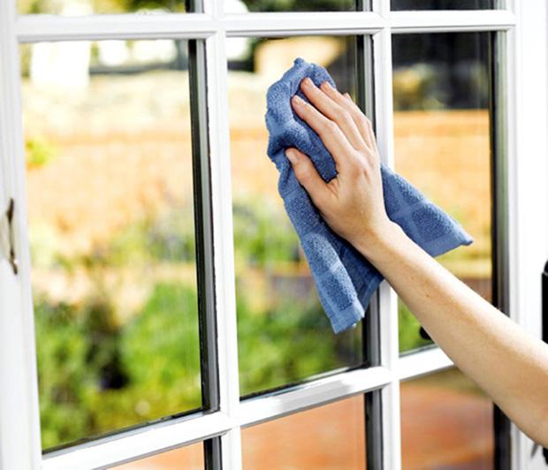 Nhờ lon nước thần kỳ này, những vết bẩn cứng đầu nhất ở khe cửa kính cũng sẽ bị đánh bay - Ảnh 2.