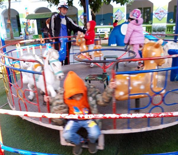 Hà Nội: Những bẫy trò chơi nguy hiểm ở sân trường, khu vui chơi trẻ em - Ảnh 2.