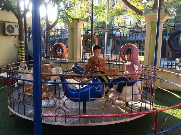 Hà Nội: Những bẫy trò chơi nguy hiểm ở sân trường, khu vui chơi trẻ em - Ảnh 1.