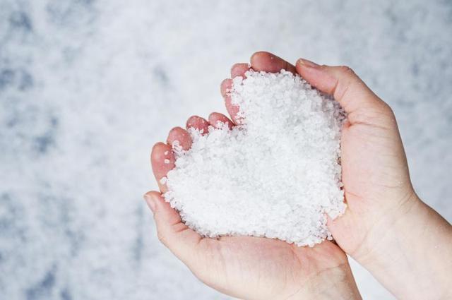 Ăn muối như thế nào là quá nhiều và gây bệnh cho cơ thể? - Ảnh 1.