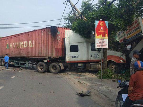 Xe container nổ lốp đâm đổ dải phân cách, lao vào đường ngược chiều, húc thẳng nhà dân - Ảnh 2.