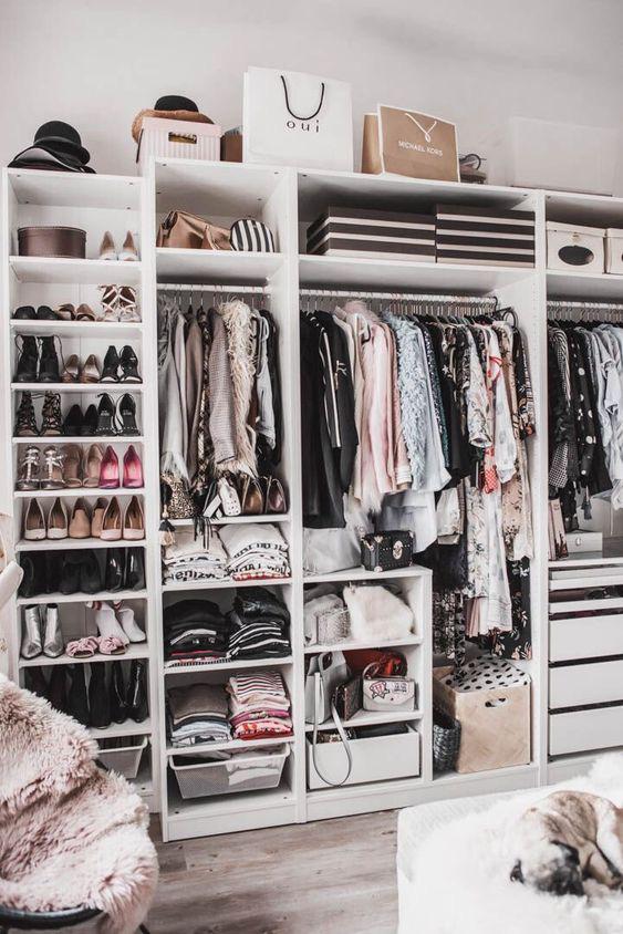 9 ý tưởng tổ chức tủ quần áo để giúp bạn không phải đau đầu mỗi khi muốn mua 1 món đồ mới mà lo không có chỗ cất - Ảnh 2.