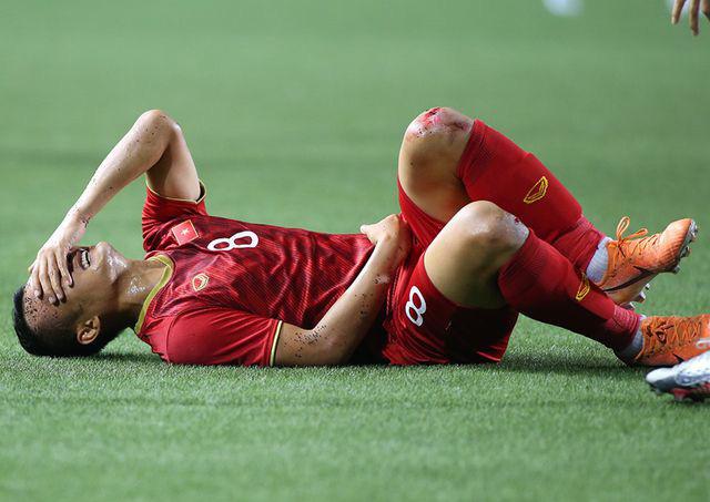 Hình ảnh Trọng Hoàng 2 đầu gối đẫm máu vẫn lăn xả ở trận bán kết khiến người hâm mộ rớt nước mắt - Ảnh 2.