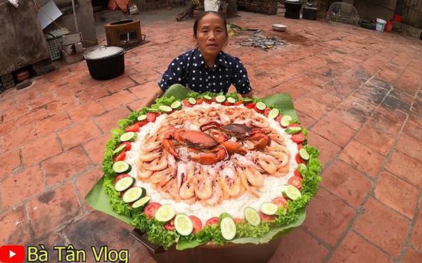Bà Tân Vlog làm món cơm hải sản siêu to khổng lồ, nhưng dân mạng khó hiểu vì cách làm lạ lùng có 1-0-2 - Ảnh 1.