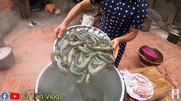 Bà Tân Vlog làm món cơm hải sản siêu to khổng lồ, nhưng dân mạng khó hiểu vì cách làm lạ lùng có 1-0-2 - Ảnh 3.