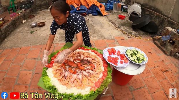 Bà Tân Vlog làm món cơm hải sản siêu to khổng lồ, nhưng dân mạng khó hiểu vì cách làm lạ lùng có 1-0-2 - Ảnh 6.