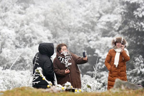 Không khí lạnh tăng cường, Bắc Bộ tiếp tục giảm nhiệt chìm trong lạnh giá - Ảnh 1.