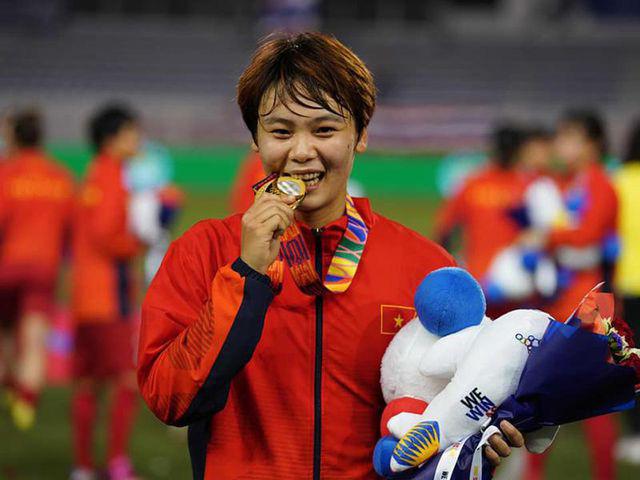Việc làm đầu tiên của cánh én nhỏ sau khi ghi bàn thắng duy nhất giúp đội tuyển bóng đá nữ Việt Nam đoạt HCV - Ảnh 3.