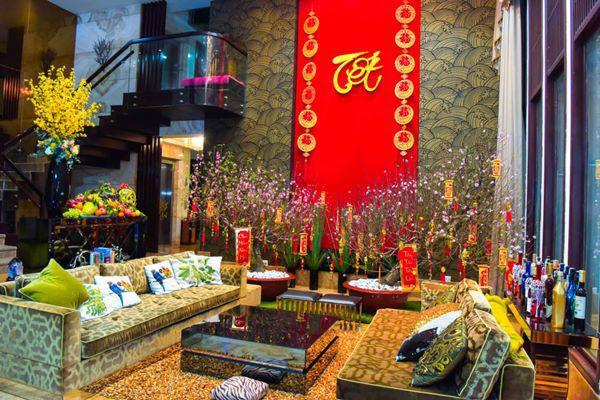 Trong nhà nam ca sĩ trang trí tới hai cây hoa đào và rất nhiều loại hoa, trái cây tại phòng khách để đón Tết.