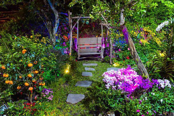 Không những vậy, khu vực phía ngoài căn biệt thự cũng được trồng rất nhiều hoa, tạo thành một lối đi ngập đầy hoa tươi đậm không khí mùa xuân.