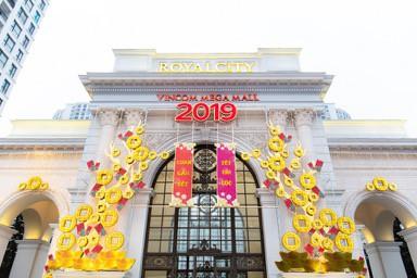 Không gian ở Vincom Mega Mall Royal City năm nào cũng được trang hoàng lung linh với họa tiết, linh vật may mắn của ngày Tết