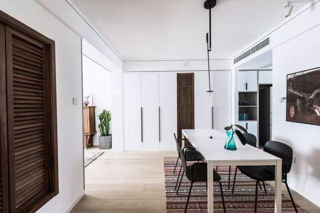 Không gian được sử dụng nội thất trắng, điểm nhấn từ tranh treo tường và thảm trải sàn.