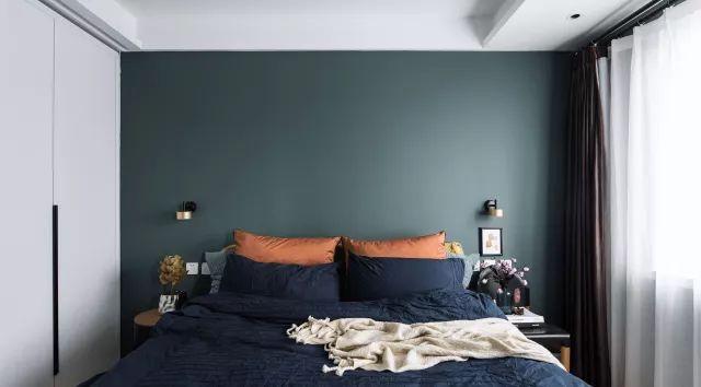 Phòng ngủ với cách kết hợp các gam màu đối lập.