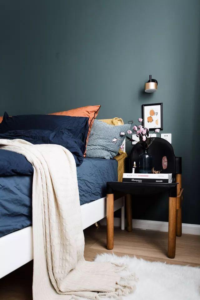 Giường ngủ đặt cạnh bức tường đầu giường ấn tượng.