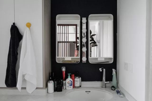 Phòng tắm nhỏ gọn, đầy đủ các thiết bị cần thiết.