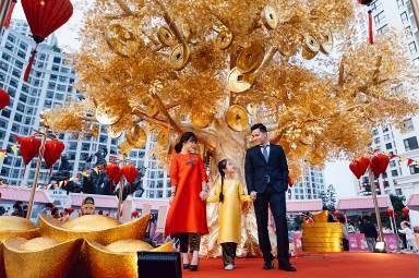 Cây Tài Lộc cao tới 8m rất tinh xảo tại Vincom Mega Mall Royal City trở thành điểm chụp ảnh xuân hấp dẫn nhất dành cho các gia đình nhờ ý nghĩa may mắn, tài lộc
