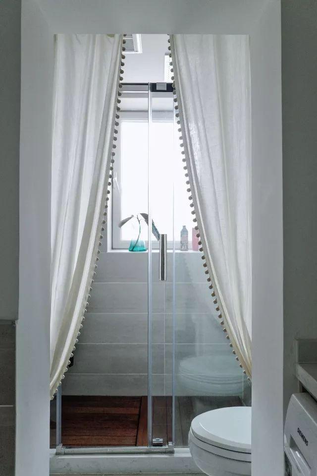 Thêm phòng tắm đứng với sự ngăn cách bằng cửa kính trượt và rèm màu trắng tăng chức năng giúp việc sử dụng hàng ngày dành cho mọi người trở nên linh hoạt hơn.