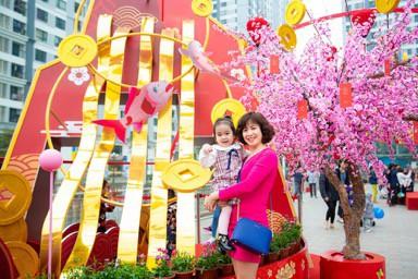 """Hình tượng Cá Chép Hóa Rồng lấy cảm hững từ lời chúc """"Công Thành Danh Toại"""" cùng sắc đào đỏ rực rỡ thu hút người dân chụp ảnh cùng người thân tại Vincom Mega Mall Times City"""