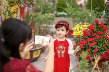 Không gian chợ hoa Tết rực rỡ tại Vincom Plaza Long Xuyên, An Giang là địa điểm được nhiều gia đình lựa chọn để chụp những bộ ảnh với trang phục Tết truyền thống.