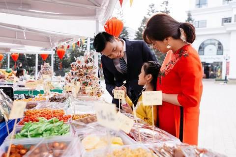 Các gian hàng chợ Tết tại Vincom Center Nguyễn Chí Thanh thu hút các gia đình sắm Tết