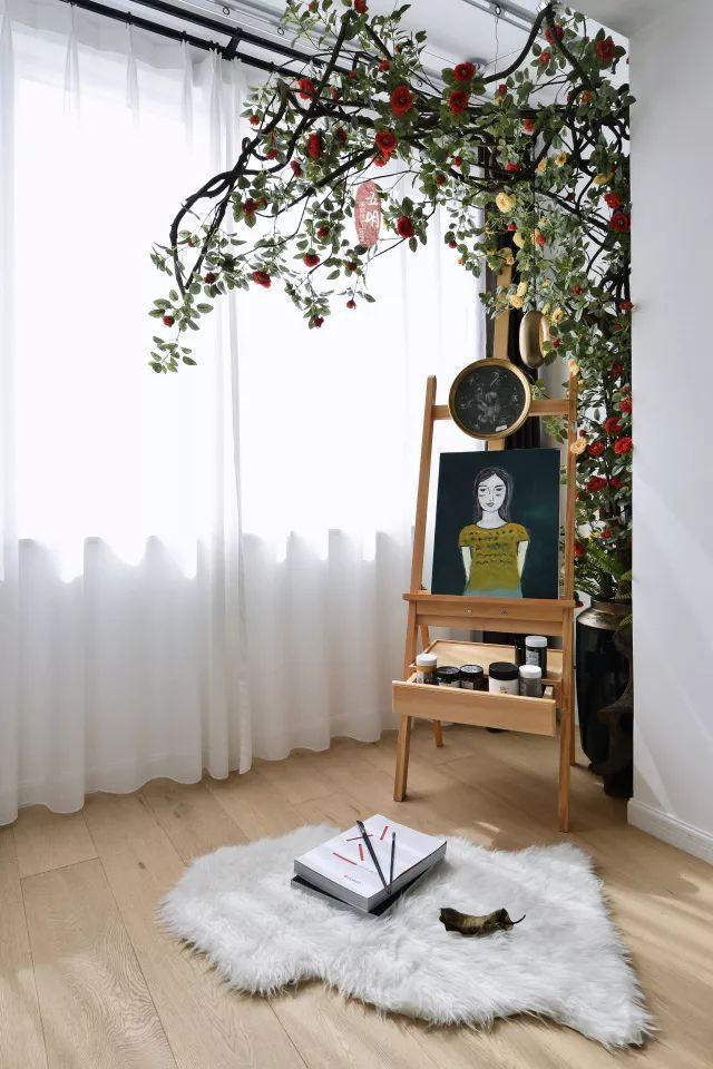 Ban công như rộng hơn khi được thiết kế rèm ngăn cách phần kính với phần không gian trong nhà.