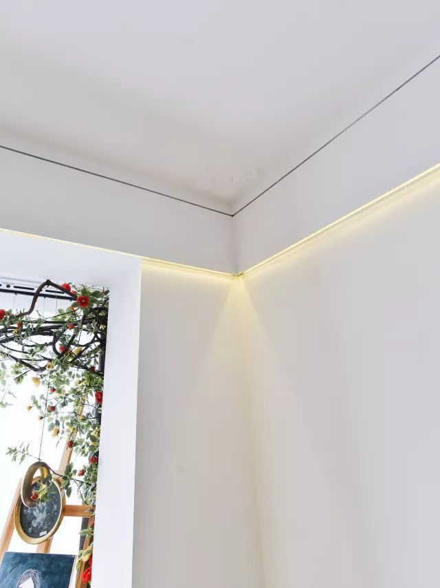 Ánh sáng Led được chạy dọc âm trần tạo thêm điểm nhấn ấm cúng và hiện đại, bắt mắt và ăn ý với nội thất phía dưới.