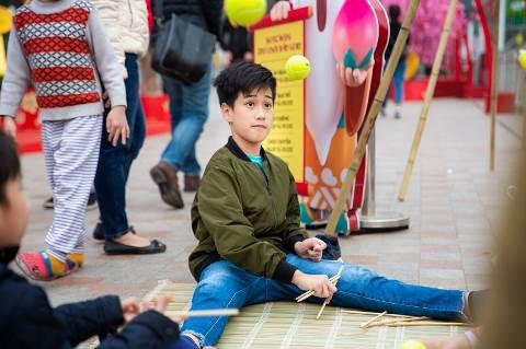 Một em bé đang chơi chuyền – một hình ảnh hiếm thấy trong cuộc sống đô thị hiện đại dù đây là một trò chơi quen thuộc với các thế hệ 8x trở về trước