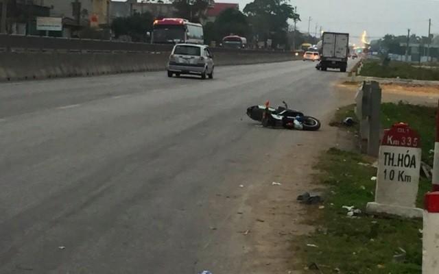 Ô tô con tông trúng xe đạp điện ở QL1A đoạn qua tỉnh Thanh Hóa khiến 2 học sinh thương vong.