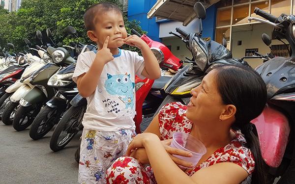 Bé Phát vui đùa cùng mẹ tại khuôn viên Bệnh viện Nhi đồng 1 (TP HCM) trong những ngày nằm viện. Ảnh: Lê Phương.