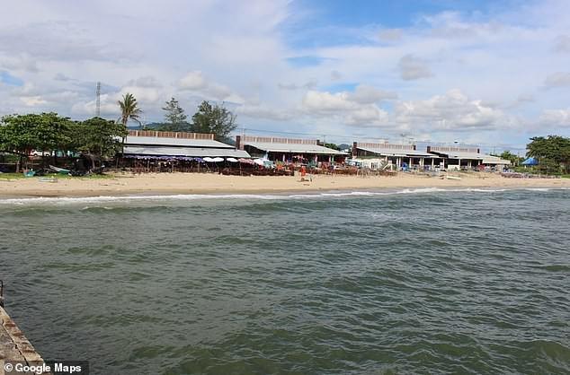 Bãi biển Mae Rumbpueang - nơi phát hiện thi thể thứ nhất (ảnh tư liệu: Google Maps)