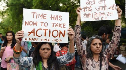 Người biểu tình kêu gọi chính phủ hành động ngăn chặn nạn hiếp dâm ở New Delhi tháng 12/2018. Ảnh: CNN.